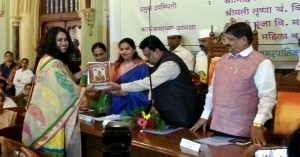 Tanvi Mallya being felicitated by the Mayor of Mumbai (2014) for her contribution to the field of Dementia